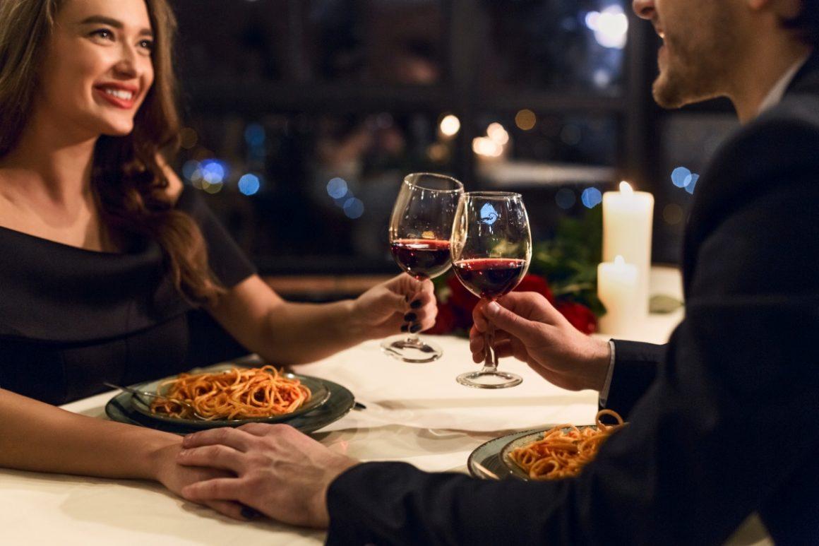 Wino, świece i pyszne jedzenie