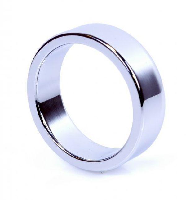 Metalowy pierścień na penisa